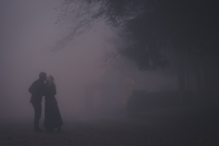 Dance-kiss-in-the-fog
