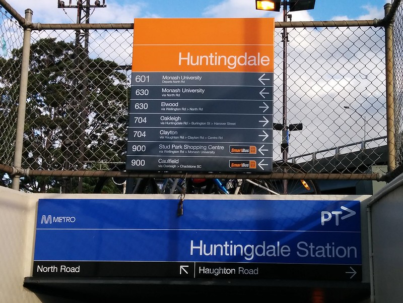 Huntingdale station: Signs to the buses