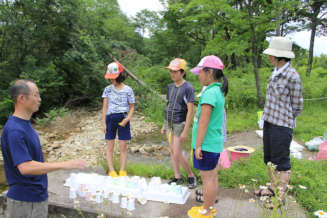 最後のまとめをする岩見先生と,真剣に聞く子ども達.川のいきものに触れてたくさん学んだ.