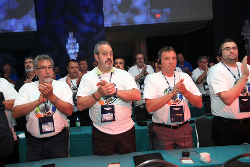 Male Clapping Audience / Hommes qui applaudissent