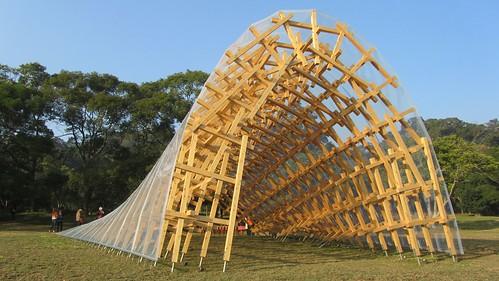 隈研吾為The One南園打造裝置藝術「風簷」 七百三十八根檜木組成