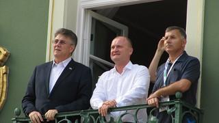 Piotr Krzystek na balkonie urzędu miasta