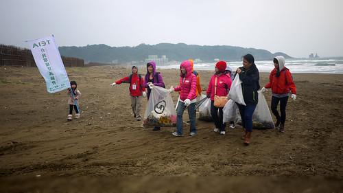 我們邀請民眾共同參與海岸踏查,協同清理海洋垃圾,共同監督位於海邊或山谷的垃圾掩埋場。