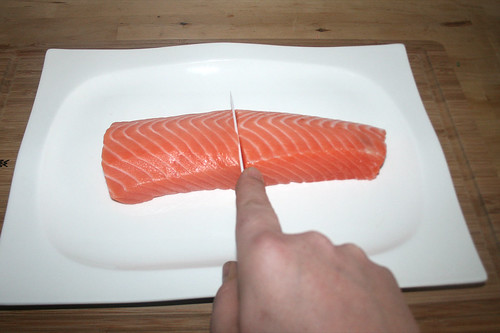 13 - Lachsfilet zerteilen / Cut salmon filet in halfs
