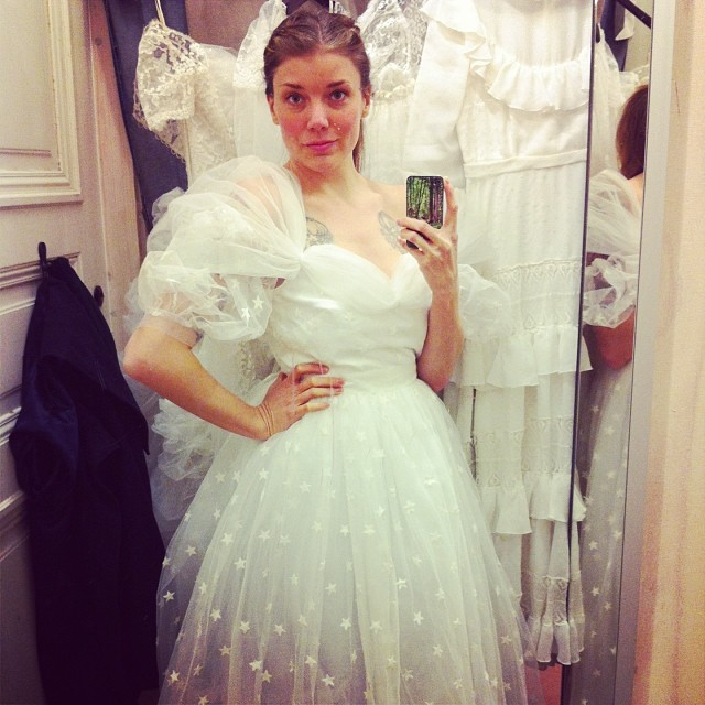f2808330aa04 Min bästa vän ska gifta sig i sommar så om några helger kommer hon upp till  Stockholm och ska prova klänningar. Därför har jag gjort en liten guide  till ...
