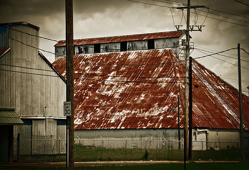 Image of an old barn with a red roof in Jackson, Mississippi