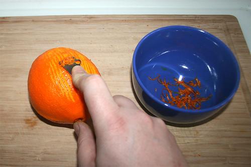 12 - Orangenschale mit Zestenreißer abziehen / Cut orange peel with zester