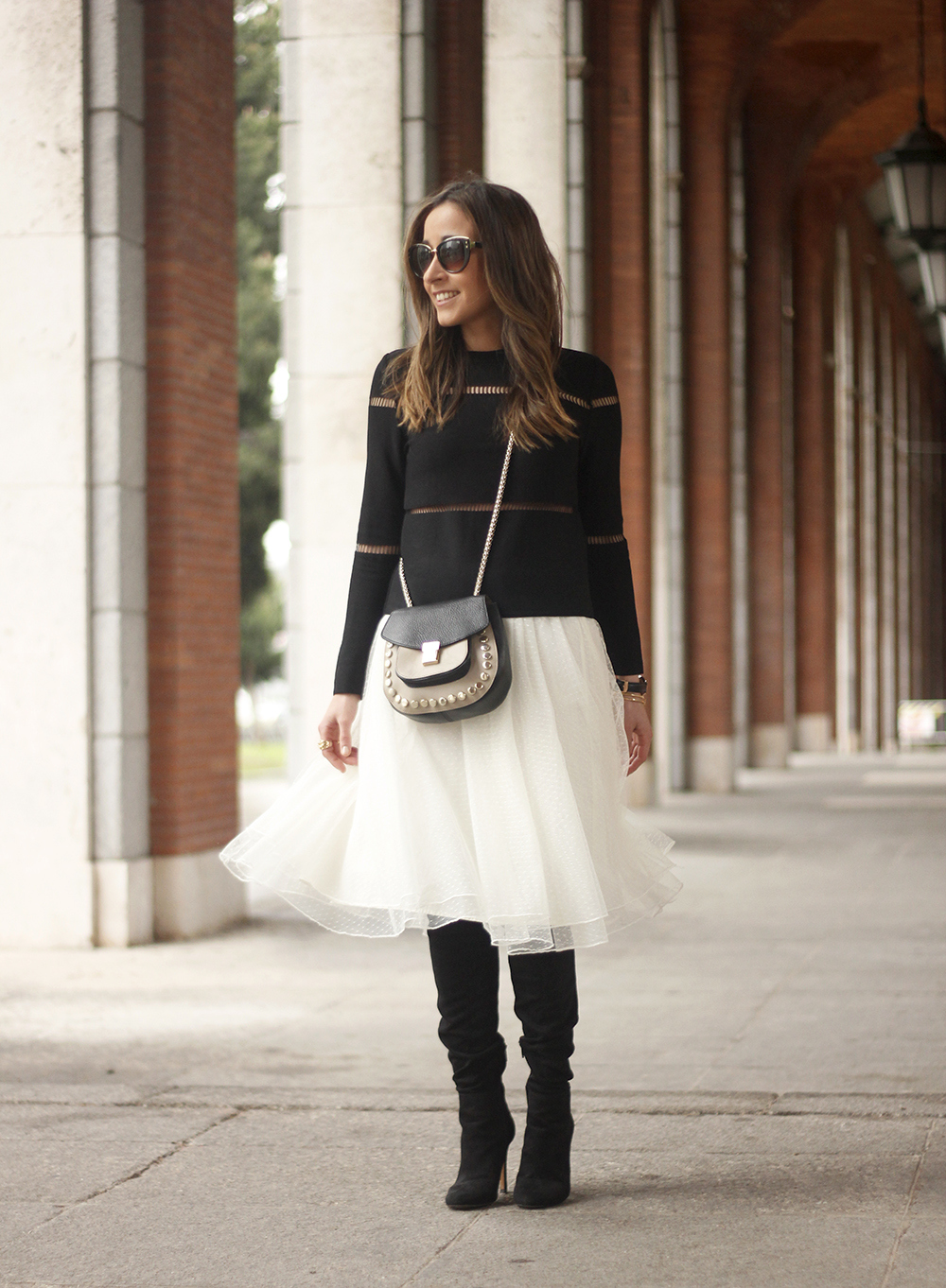 Tulle white skirt over the knee boots black sweater spring rainy day uterqüe bag fashion outfit03