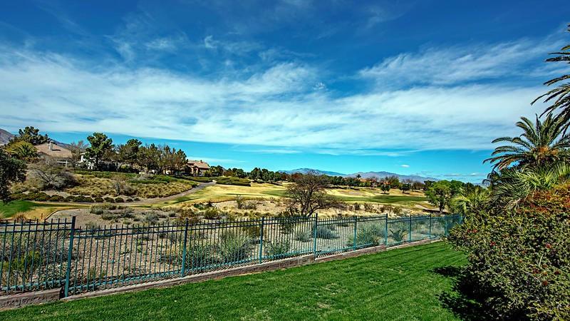 Поле для гольфа за ограждением дома