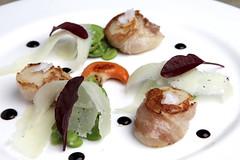 Capesante, fave, pecorino,guanciale di mora, bietola rossa,aceto balsamico di Modena