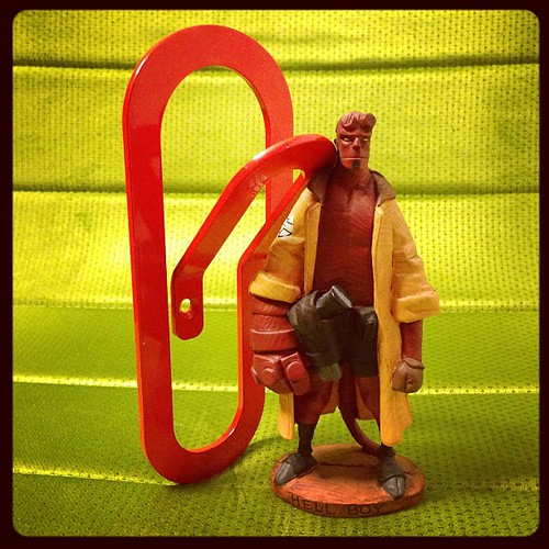 Hellboy haciendo de modelo con una FamilyClip Colors roja