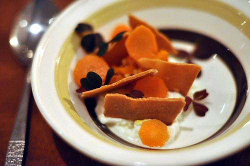 Yoghurtis med syltede gulerødder og shortbread