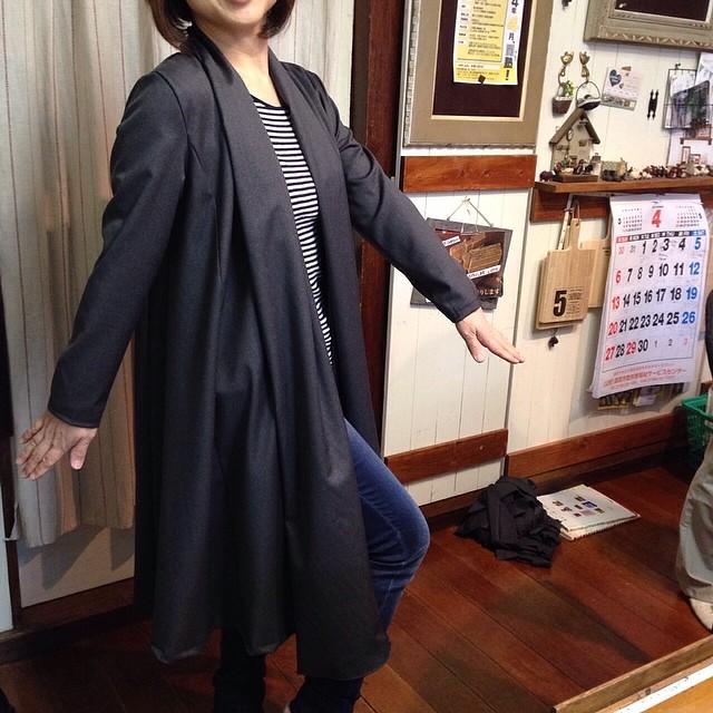スプリングコート仕上がりました。これ着ると、仕事出来る女に見えます!颯爽と歩いて下さい!