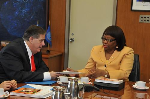 La directora de la OPS en la reunión con el ministro Collia