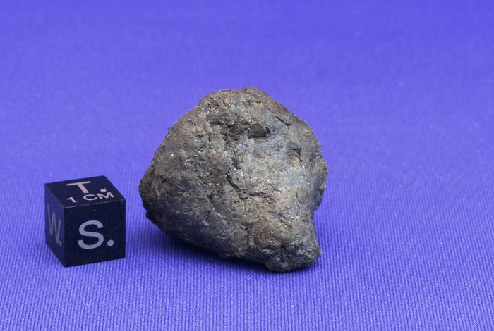 Chelyabinsk meteor fragment shown next to a 1-cm scale cube.