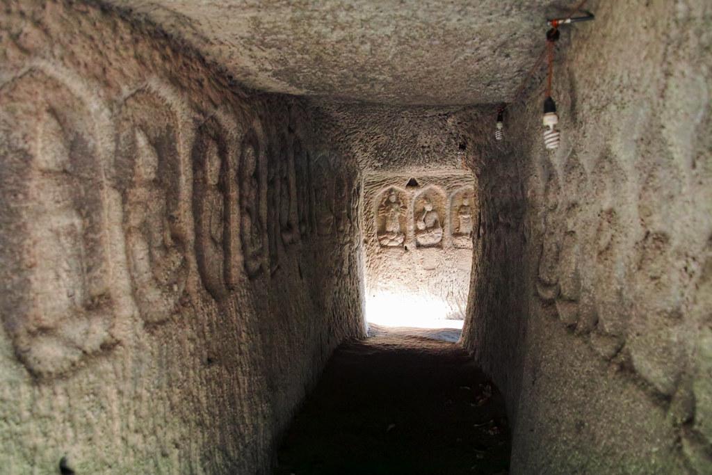 コの字型の洞窟内