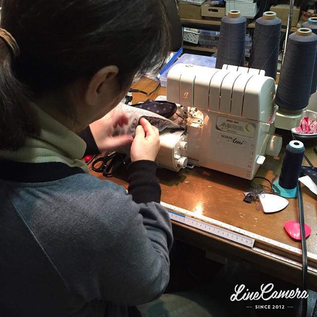 Ami夜間部(^^;;かぁさんが〜夜なべ〜をして〜🎵お孫ちゃんの服とママのスカート縫ってますよ〜!