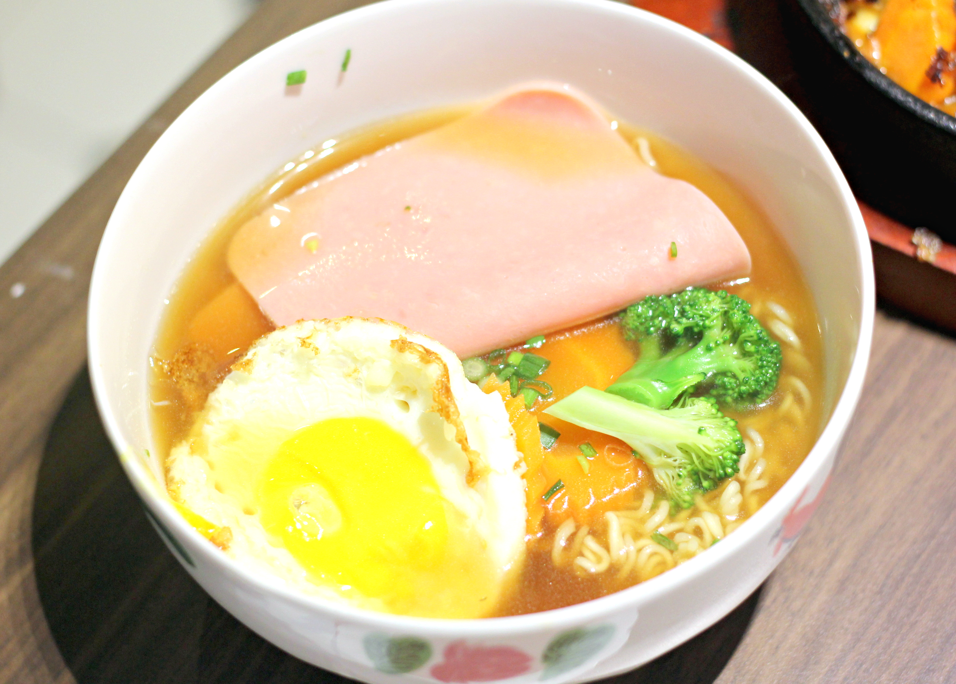 Honolulu Cafe: instant noodle ham and egg