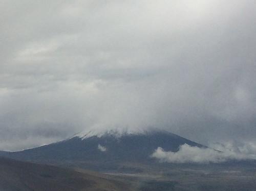 Vol Panama City-Quito: en approchant de Quito, nous apercevons le sommet enneigé d'un volcan