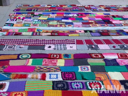 Tiras de cuadros de lana en la plaza del Dos de Mayo