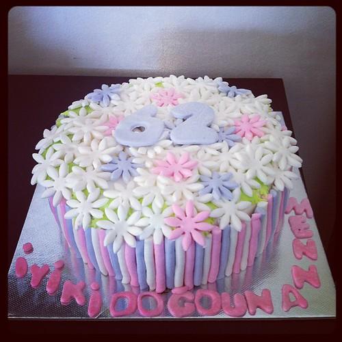 #birthdaycake #flowers#sugarart #sugarcake #sugarpaste #sekerhamurlupastalar by l'atelier de ronitte