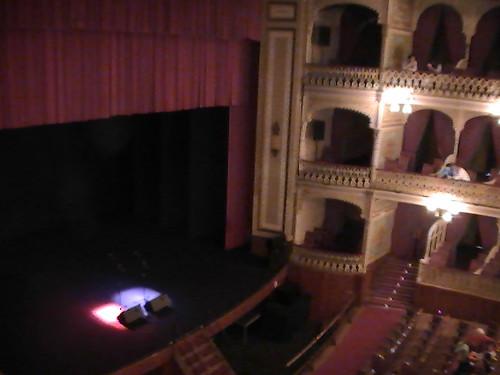 El escenario del Teatro Falla minutos antes del inicio de la obra.