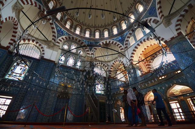Interior de la mezquita de Rustem Pasa