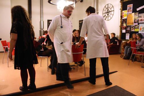 Publiken tas emot i foajén av två män i läkarrock.