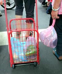 菜市場幾乎人人滿手塑膠袋(耿璐)