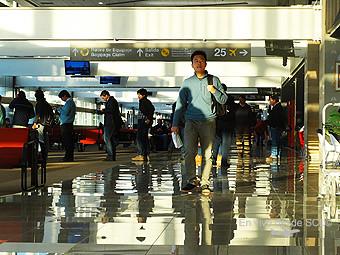 Pasajeros embarque con viajero asiático (RD)