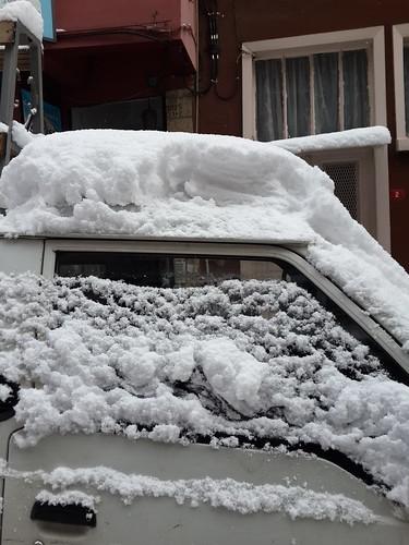 Itt még csak 25 cm hó van a kocsi tetején - és éppen süt a nap. De majd 2 perc múlva...!