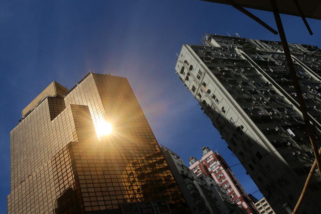 銅鑼灣 Hong Kong / Sigma 35mm / Canon 6D 那時候去銅鑼灣的一間文具店逛逛,有點小失望,香港似乎沒有稍微有特色的文具店,街上都被消費店家給佔滿。  後來決定用走的走回中環,在路上看到太陽照射在大樓外牆,光線反射道路面的場景。  或許就是這樣,大樓周圍就熱的要命。  Canon 6D Sigma 35mm F1.4 DG HSM Art IMG_1804.JPG Photo by Toomore