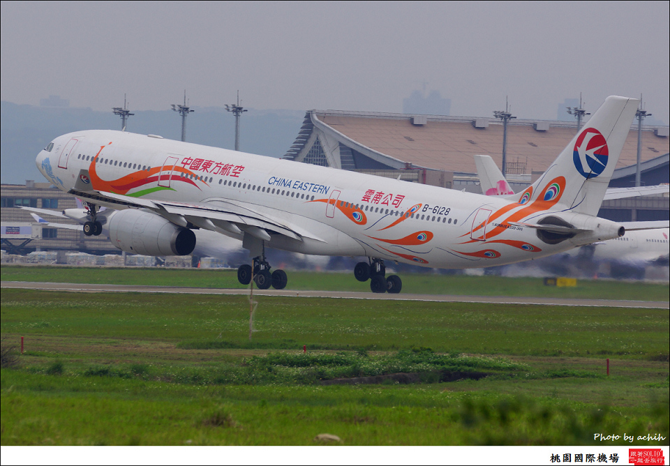 China Eastern Airlines B-6128-012