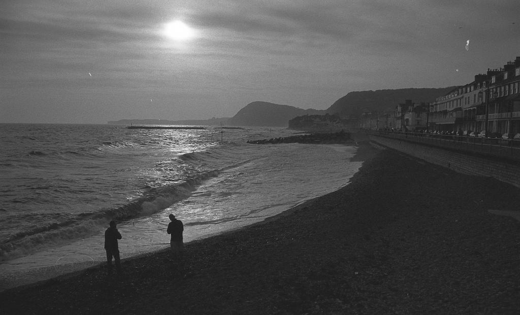 8. Puesta de sol en blanco y begro. Sidmouth. Autor, Ward