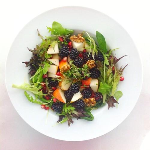 Pears week. Recipe n.2: black berries, pear, pomegranate, rocket (arugula), lettuce, lemon thyme, walnuts, extra virgin olive oil and lemon juice. #salad #salads #saladjam #saladlunch #saladpride #health #healthy #healthydiet #nu