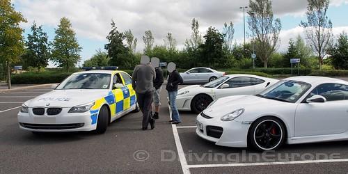 駐車場で警官と