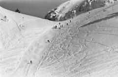 Militairen bezig met aantrappen van de sneeuw / Soldiers engaged in preparing the snow