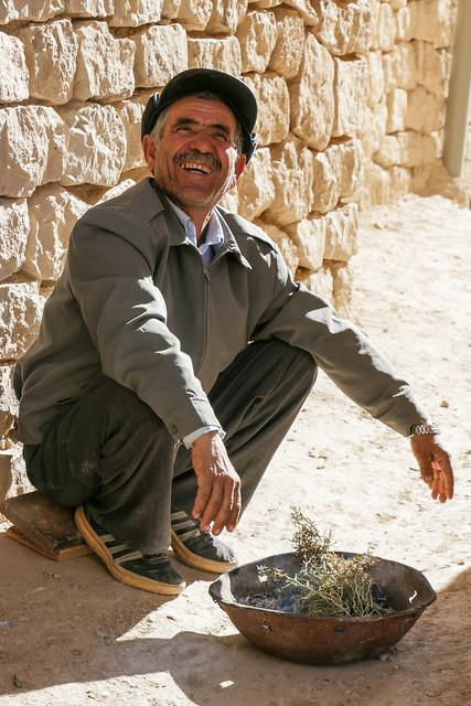 A restoration worker on his break, Palace of Ardashir, Iran アルダシール宮殿、修復職人さん休憩中