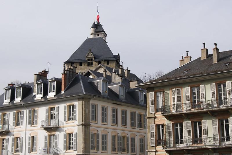 Le château vu depuis la place Caffe