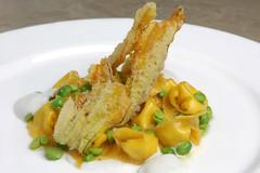 Cappelletti ripieni di formaggio, piselli, fiori di zucca fritti, squacquerone