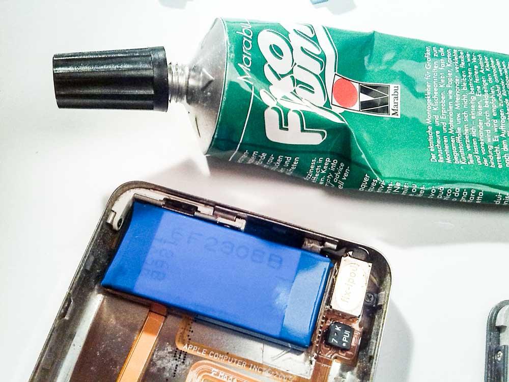Apple-iPod-Classic-6G-6.5G-7G-7.5G-80GB-120GB-160GB-Festplatte-tauschen-iPod-öffnen-2015-02-07-02.32.31-Akku-Batterie-einkleben-mit-Fixo-Gum