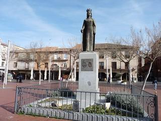 Escultura de Isabel la Católica en la Plaza Mayor de Arévalo.