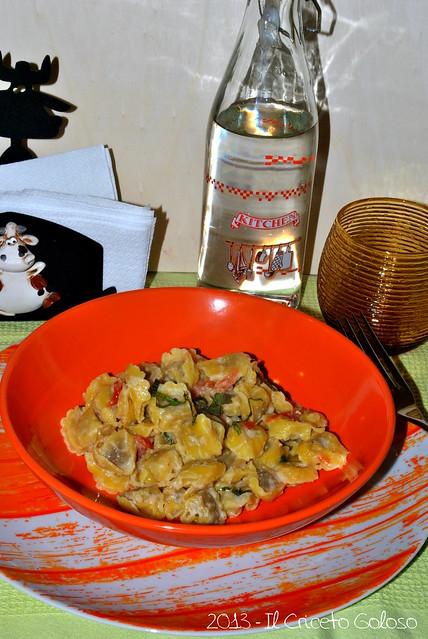 Tortellini con patè di carciofi, pomodori secchi e menta