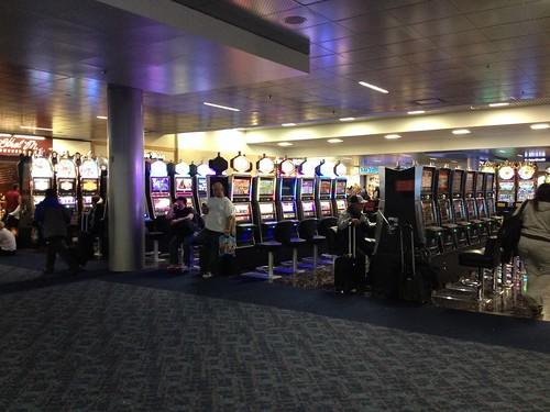 Las Vegasin lentokentän portti C4. Tässä kohtaa on yli 50 pelipaikkaa hedelmäpeleihin. Muilla porteilla on lisää.