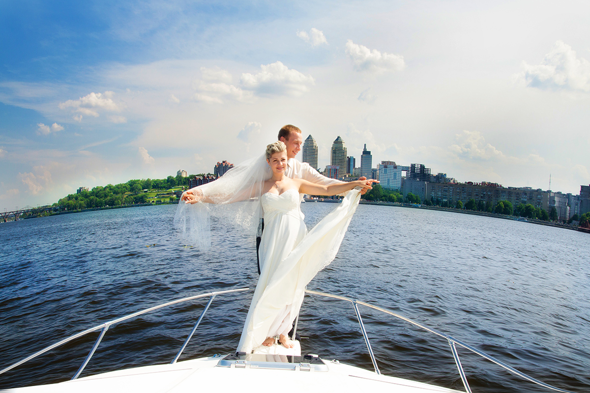 Свадебная фотография на яхте посреди Днепра