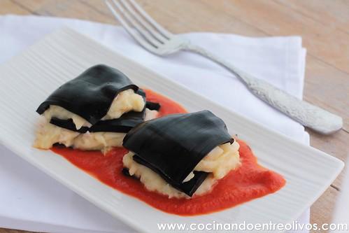 Lasaña negra de gambones y patata sobre salmorejo de piquillos www.cocinandoentreolivos (4)