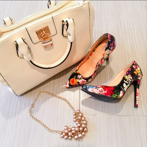 https://cuteandlittle.com | petite fashion blog | shoedazzle madison floral pumps, white handbag, pearl cluster necklace | classy elegant accessories