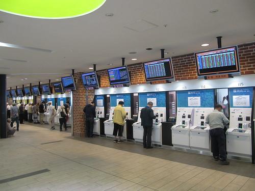 函館競馬場のエスカレーター近くの馬券売り場
