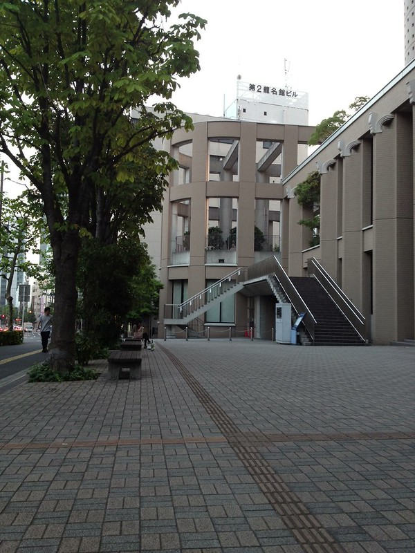 明治大学リバティータワー前 by haruhiko_iyota