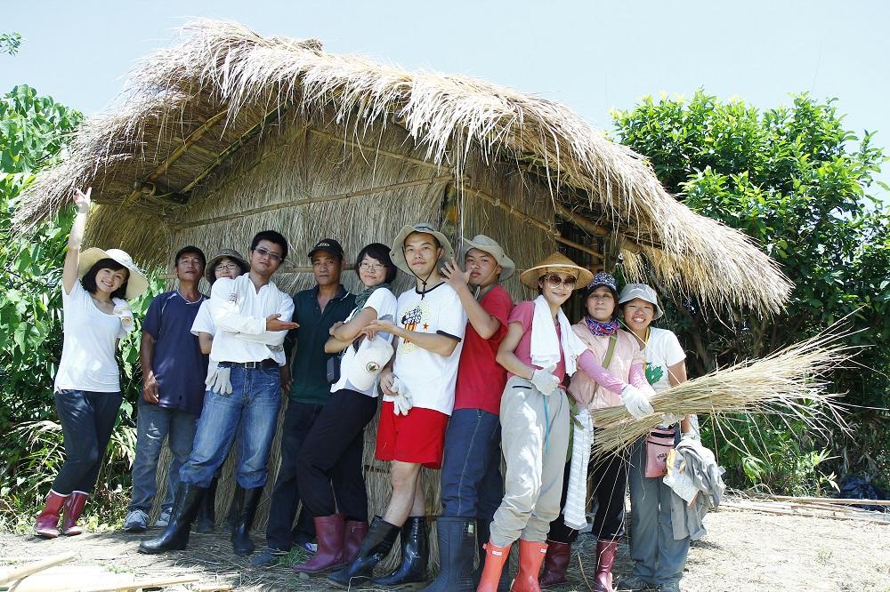 八月山海工作假期學員在蓋好的草屋前合影 攝影周昭蕊